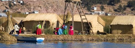 А вы смогли бы жить на острове из соломы и плавать в соломенной лодке?