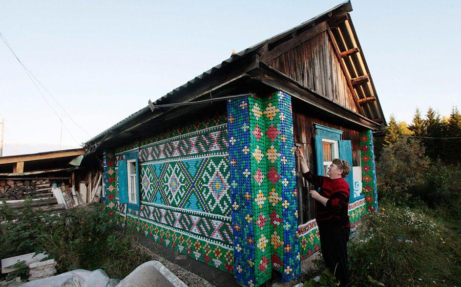 Оригинальные стены из крышек от пластиковых бутылок
