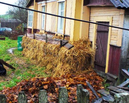 Соседи утеплили фундамент соломой