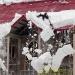 Сброс снега с крыши — как это делать не надо