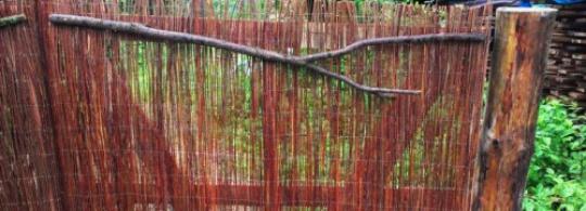 Мои каркасные ворота с матами из лозы