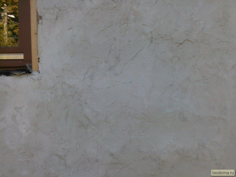 Второй слой известковой штукатурки — на соломенных стенах