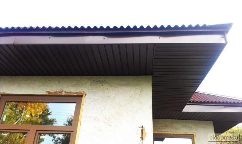 Чем подшивать свесы крыши? Доска, OSB3, софиты из металла и винила?