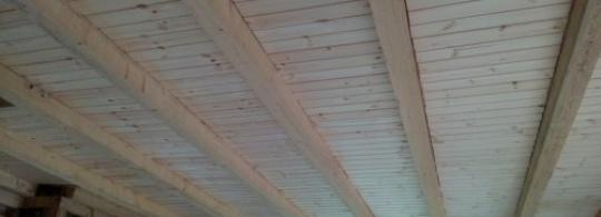 Деревянная вагонка на потолки с балками (7 фото)