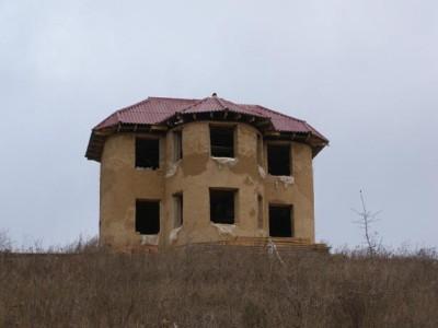 Двухэтажный дом из самана