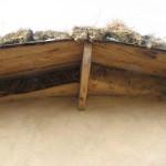 Дом из соломы: солома и под крышей