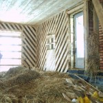 Пожар в доме из соломы на этапе строительства