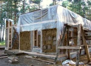 Во время строительства. Соломенные стены готовы только частично, поэтому накрыты целлофановой пленкой от дождя