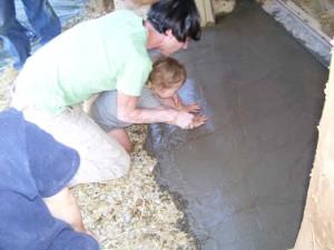 Ребенок принимает участие в строительстве
