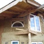 Свес крыши соломенного дома