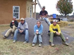 Рабочие отдыхают на куче песка
