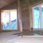 Окна мансарды соломенного дома
