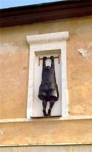 """Памятник любовнику. Появился в Томске с надписью: """"Кто не был - будет, кто был - не забудет"""". Его сняли со стены здания в центре города. Потом перенесли в другое место, а затем и вовсе спрятали: сначала в выставочном зале томского музея, а потом в запаснике. До сих пор подходящего места для любовника в городе не нашли."""