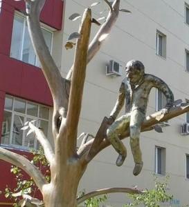 Памятник известной народной пословице установлен и в Якутске