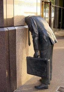 Памятник клерку. Этот памятник расположен у входа в Ernst & Young building, Лос-Анжелес, США