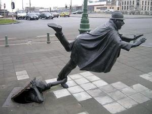 Памятник шутке над полицейским. Здесь комментарии излишни, хотя шутить с полицейскими очень опасно... Брюссель, Бельгия