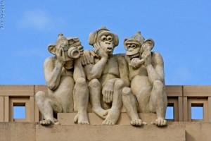 Памятник трем обезьянам