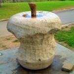 Памятник огрызку яблока