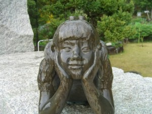 Памятник девочке с рожками :)