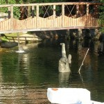 Памятник рыбаку в реке
