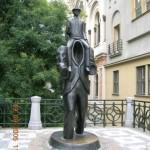Памятник костюму