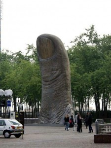 Памятник большому пальцу
