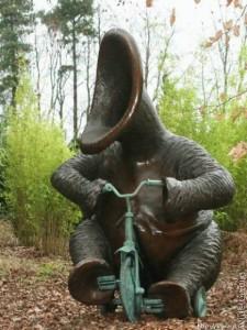 Памятник инопланетному слону на велосипеде