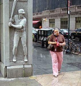 Памятник шутнику. Еще один, уже более серьезный шутник, поджидающий прохожих за углом