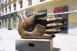 Памятник руке-голубю