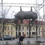 Памятник носорогу