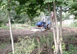 Трактор планирует участок