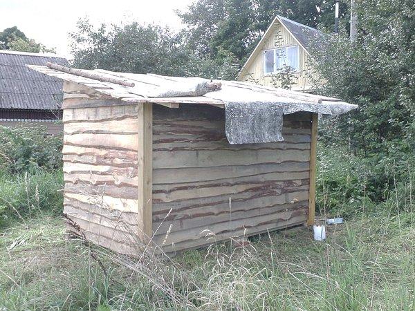 Вот уже и крыша сарая накрыта рубероидом
