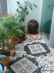 Зимний сад на балконе с каменными дорожками
