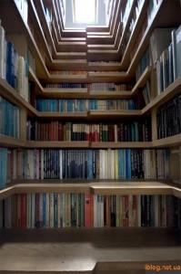 Книжные полки в ступеньках лестницы