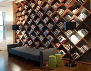 Книжный стеллаж-соты на всю стену