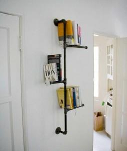 Полка для книг из старой трубы