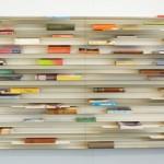 Книжная полка с горизонтальным расположением книг
