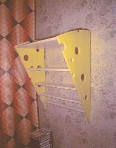 Книжная полка в виде кусочка сыра