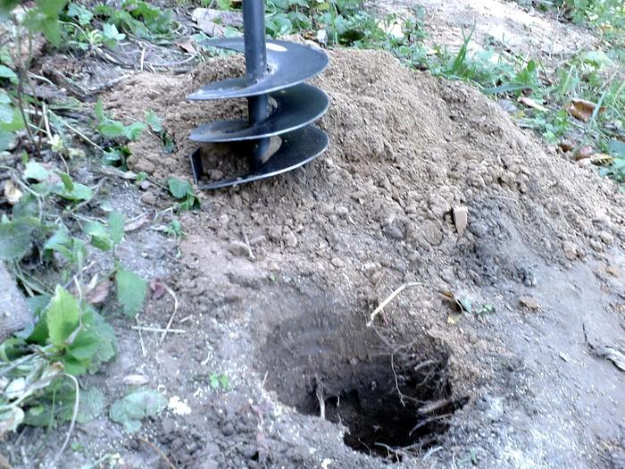 Затем копаем дырки в земле по такому