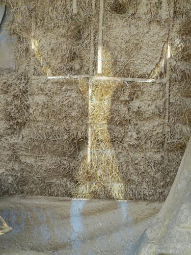 Соломенная стена с нанесенной штукатуркой