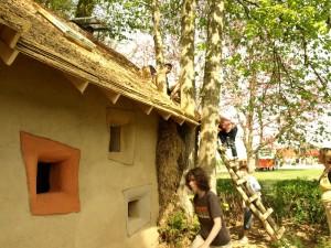 Соломенный летний дом, дети лезут на крышу