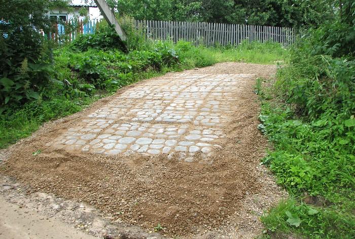 Дорога на участке из плитки-травницы