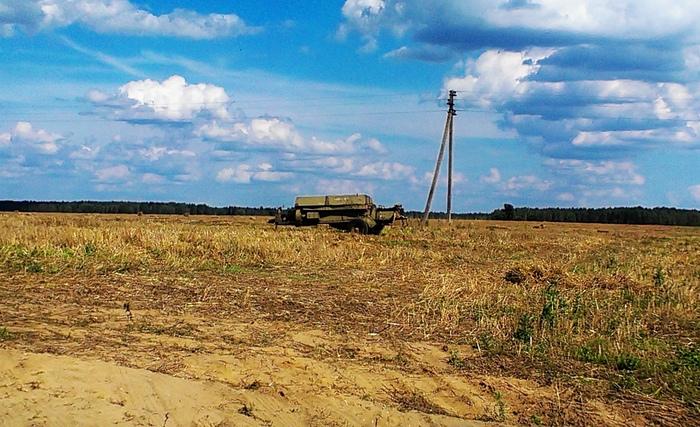 Пресс-подборщик стоит на краю поля