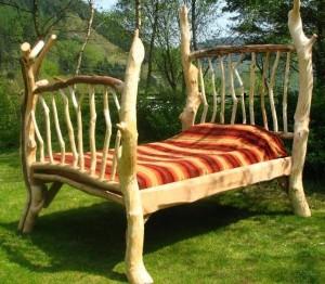 Односпальная кровать-трон в стиле рустик