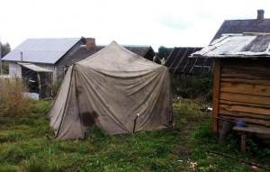 Палатка на участке вместо бытовки