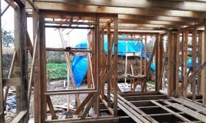 Вид изнутри - проем окна на кужне. Фото сделано позже - сверху уже лежат балки. В окошке виднеется стог соломенных блоков...