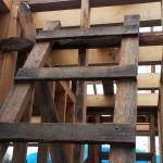 Приставная деревянная лестница на мансарду