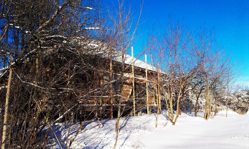 Новая крыша из ондулина под снегом, каркасный дом