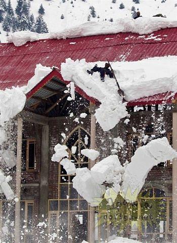 Как не надо сбрасывать снег с крыши