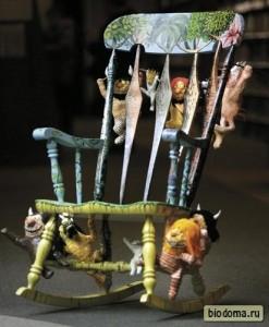 Детские игрушки придают изюминку старому стулу